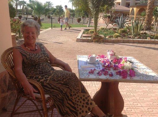 Flamenco Beach and Resort: Das ist  eine Blumenschmuck zum Frühstück