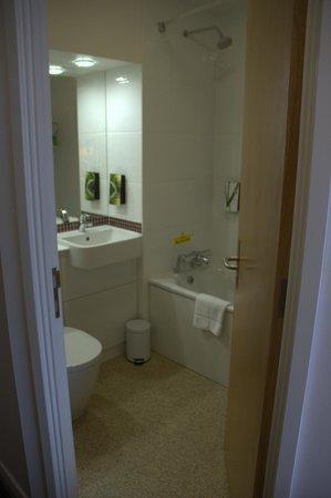 Premier Inn London Greenwich Hotel: Il bagno, pulito e spazioso