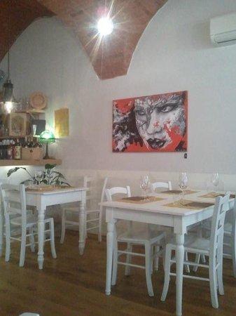 La Cantinetta: Interno del locale curato e shick