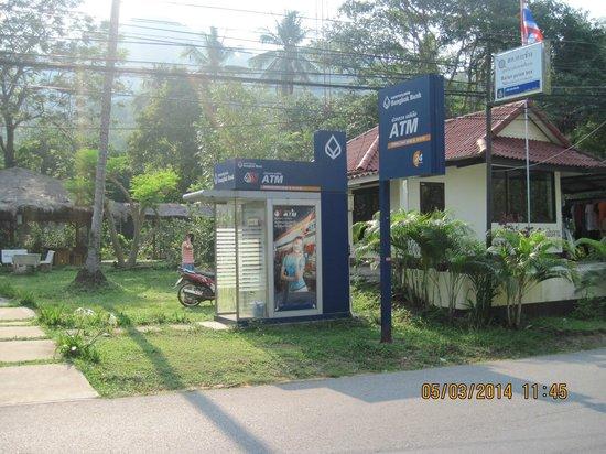 Mercure Koh Chang Hideaway Hotel: Банкомат напротив входа в отель