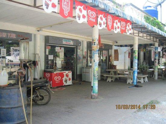Mercure Koh Chang Hideaway Hotel: мини маркет - налево от входа 100 метров.