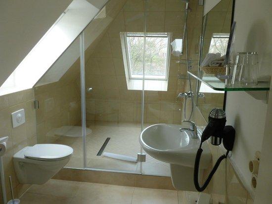 Hotel Holsteiner Hof: Bad mit Super-Dusche für die ganze Familie