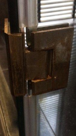 Black Lotus Resort & Spa: Rust hinge