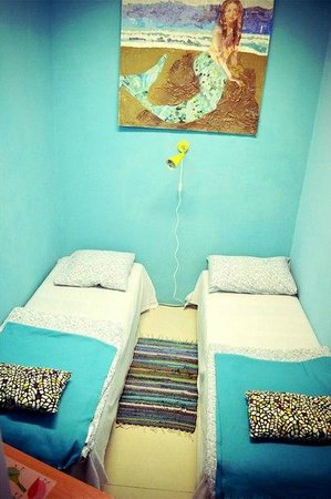 Art Hostel Suitcase: Small but comfortable room for two