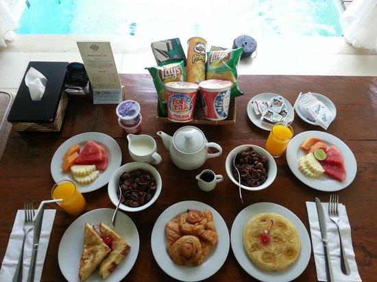Astana Kunti: Huge breakfast spread in villa.