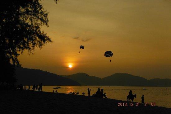 Lazyboys Travelodge: Batu Ferringhi Sunsets & water sports.