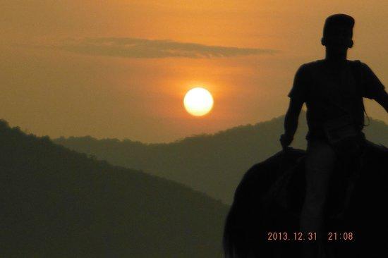 Lazyboys Travelodge: Sunset & Horse ride on beach.