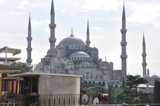 Uyan Hotel: Вид с крыши отеля на Голубую мечеть