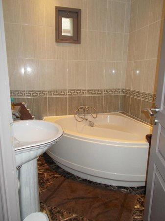 Auberge des Lices: Large corner bath