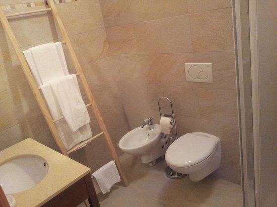 Prime Gemme: Camera Iris, il bagno