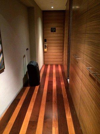 Andaz Xintiandi Shanghai: Entrance to the room