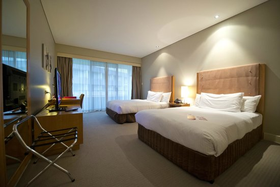 Crowne Plaza Hunter Valley: Large standard room with comfortable bed(s)