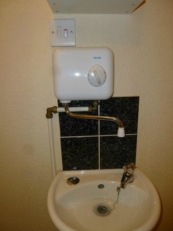 Charde Guest House: Small hand basin with heater.