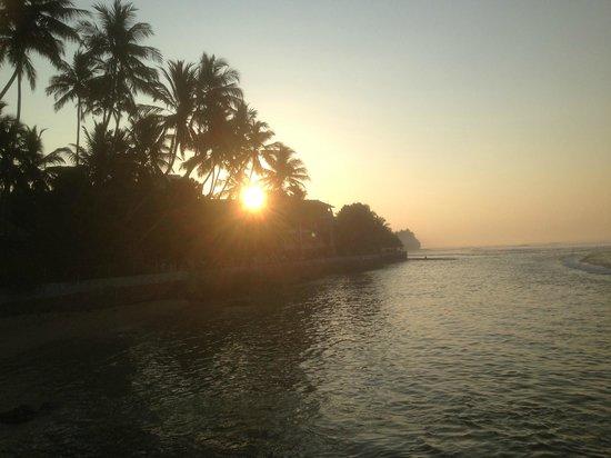 Ayurveda Paragon: Sonnenaufgang beim Schwimmen im Meer