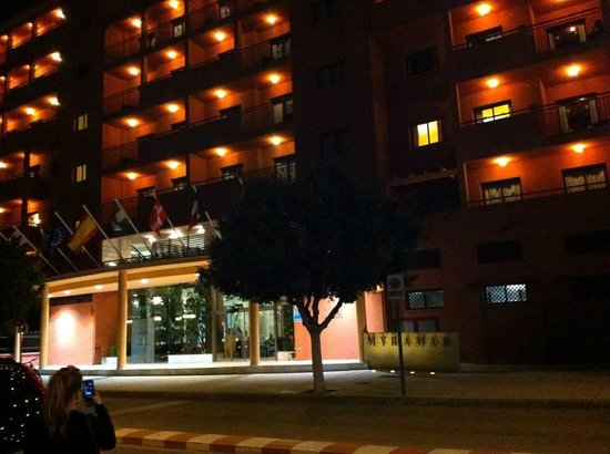 Myramar Fuengirola Hotel: Outside of hotel at night