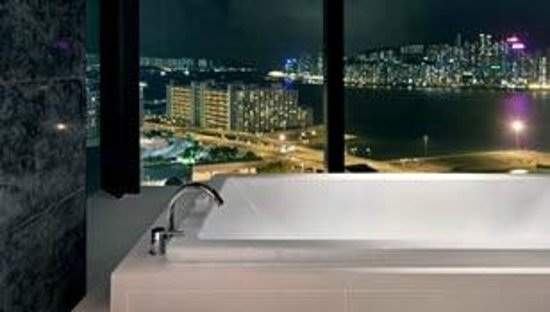 Hotel ICON : Enjoy a glass of bubbly in your bath with a view!