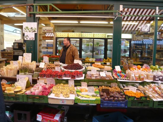 Vienna Naschmarkt : stall holders have well merchandised displays
