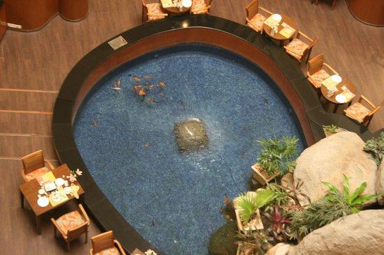 Taj Deccan: Fish pool in the restaurant