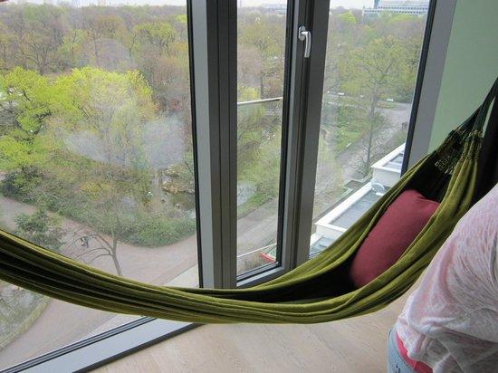 25hours Hotel Bikini Berlin: Hängematte vor den Bodentiefen Fenstern