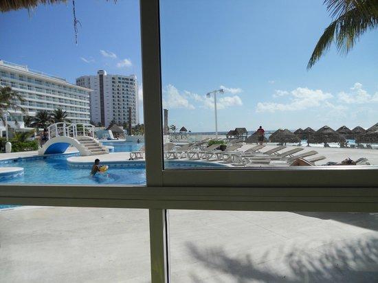 Krystal Cancun : Vista de la piscina desde uno de los restaurantes