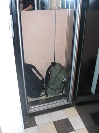 Peletier Haussmann Opera Hotel : Den lilla hissen med vårat bagage i.