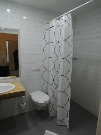 Airport Hotel Aurora Star: Clean Bathroom