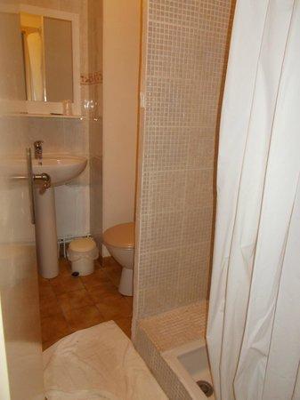Hotel O Fil de l'O: shower room