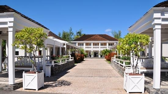 LUX* Saint Gilles: L'entrée de l'Hotel