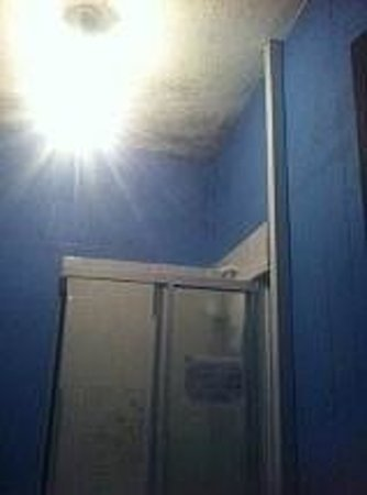 Bed and Beach: Mouldy dirty shower room