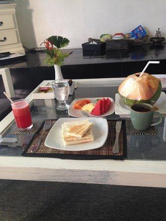 Rumah Dua Tiga: 朝食(ココナッツはココマーケットで購入)