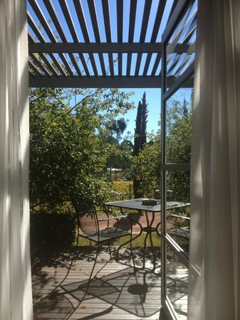 Hunter Valley Cooperage Bed & Breakfast: View of courtyard from bedroom