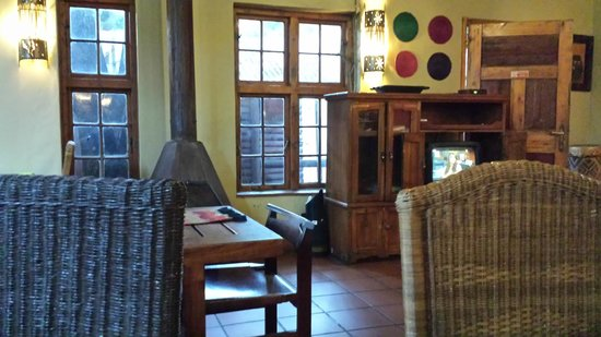 Pretoria Backpackers and Travellers Lodge: Sitting area inside