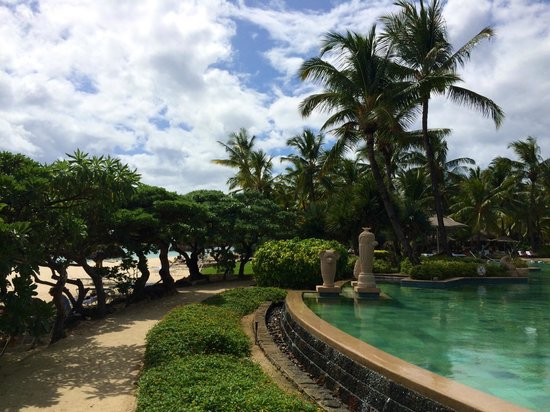 La Pirogue Resort & Spa : Fantastic pool between restaurant and the beach