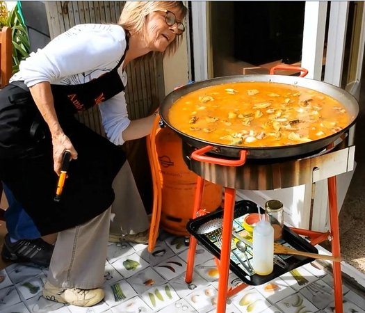 Clases privadas de paella con Marta: Adding Fish Broth and Turning up the heat