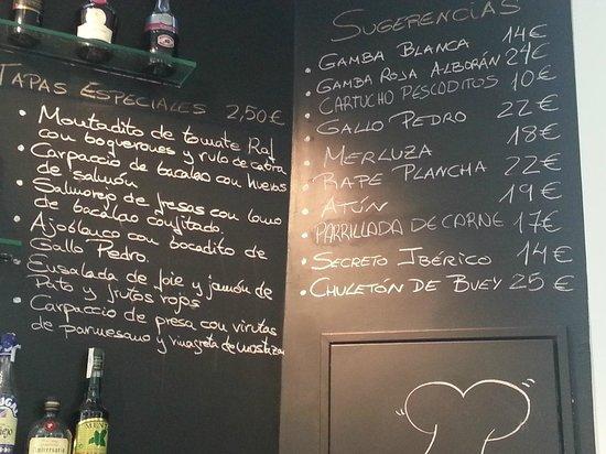 Hotel Catedral Almeria : la carta de tapas en la pared