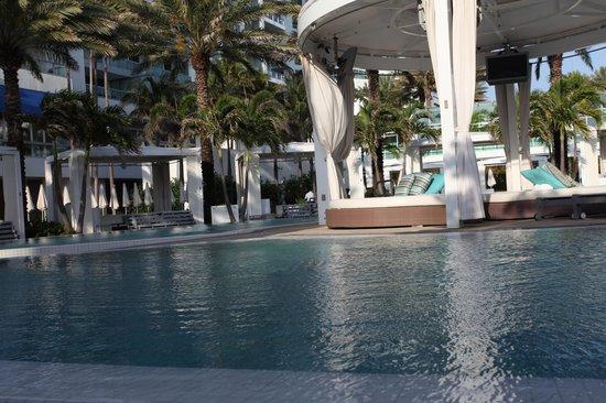 Fontainebleau Miami Beach: pool and cabanna