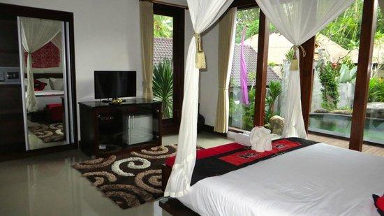 Baruna Sari Villa: Master Suite (off the pool)