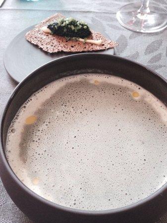La Promenade : Velouté d'asperges blanches, curry noir, tuile aux œufs de hareng