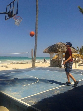 Paradisus Punta Cana Resort: at the beach playing basketball