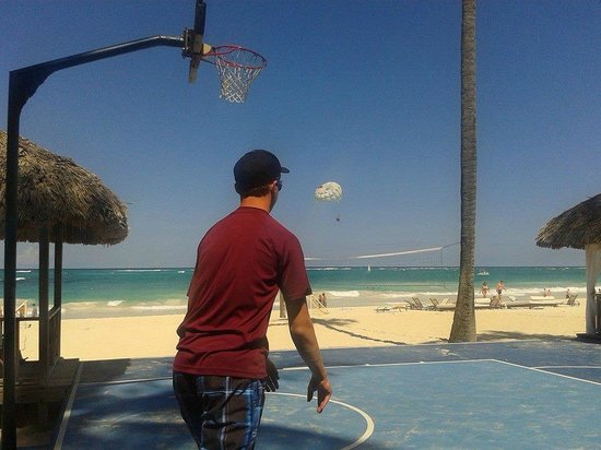 Paradisus Punta Cana Resort : Basketball court on the beach at the Paradisus!