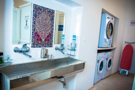 Centro Hostel: В хостеле есть стиральные машинки и сушка автомат, пользование бесплатное.