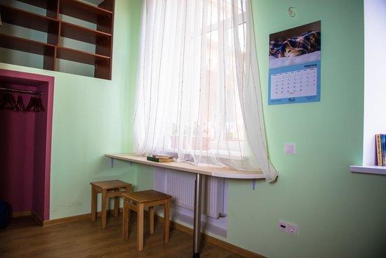 Centro Hostel: Дополнительные столики в комнатах.