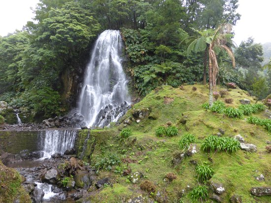 Parque Natural da Ribeira dos Caldeiroes: waterfall in early Spring