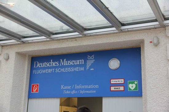 Flugwerft Schleißheim: 入口を入ったとこのチケット売り場。 右にショップ、左にロッカー。