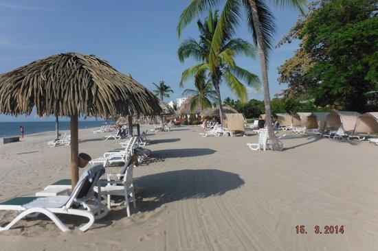 Royal Decameron Golf, Beach Resort & Villas : Nice quiet beach with shades
