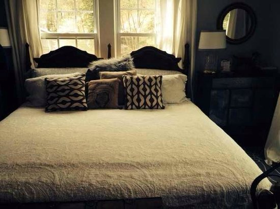 River House at Chimney Rock: Gorgeous Bed in Rocky Broad Suite