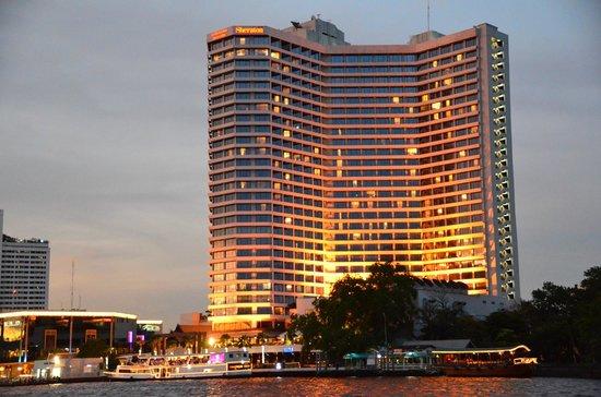 Royal Orchid Sheraton Hotel & Towers: チャオプラヤー川からホテルを見る。