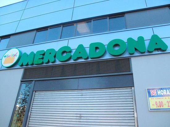 Hilton Garden Inn Sevilla: Supermarket near hotel