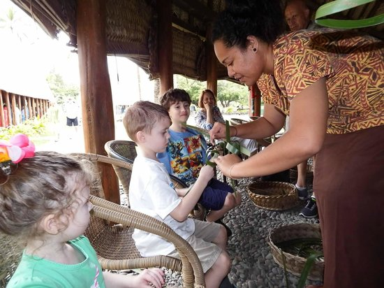 Polynesian Cultural Center : Hands on demonstration making toys from palm leaves