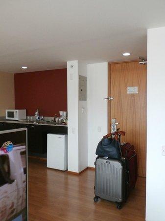 Holiday Inn Express Medellin: Puerta de entrada y cocina.